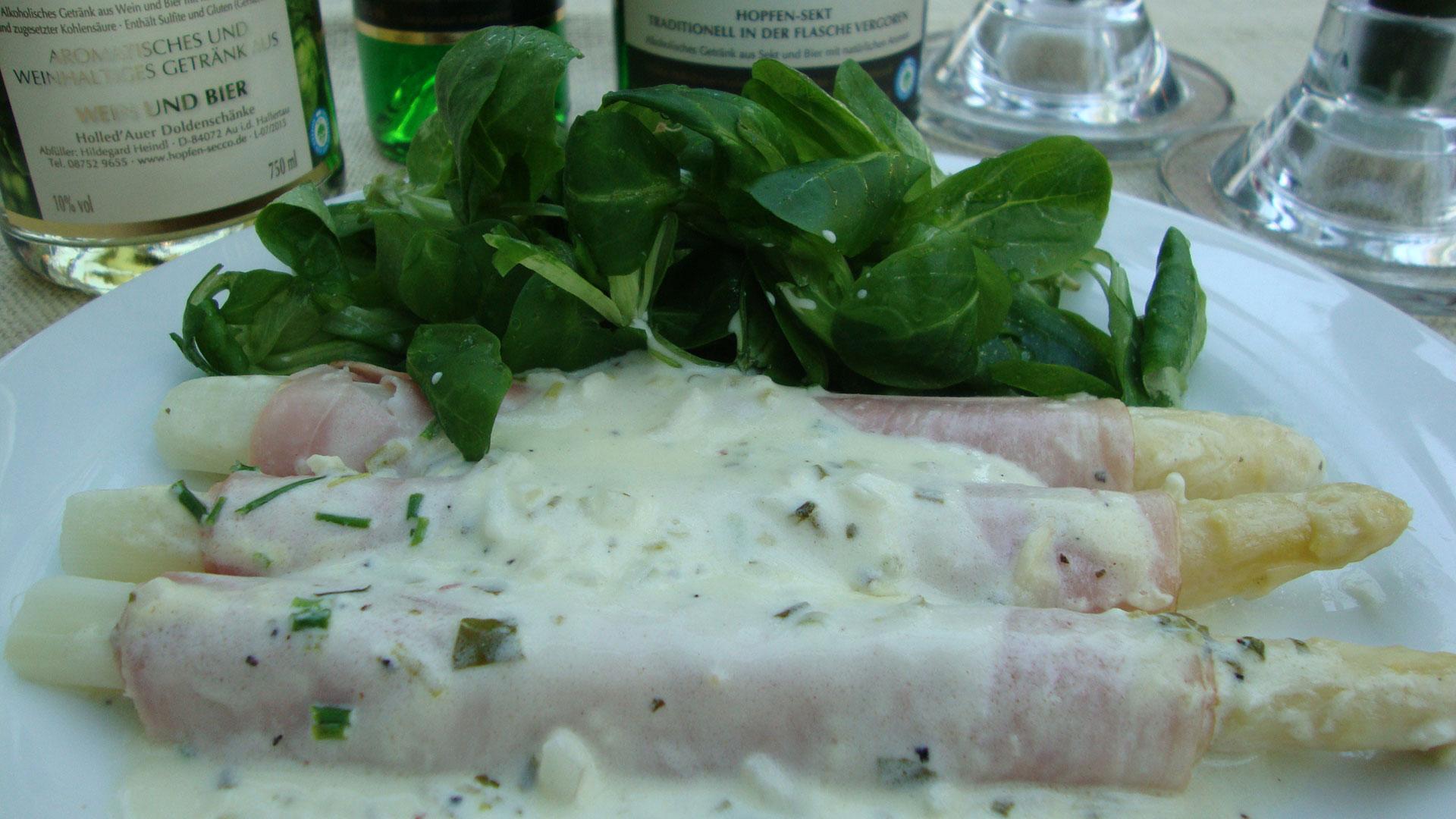 Spargel mit Hopfen-Secco-Soße, Salzkartoffeln und Feldsalat