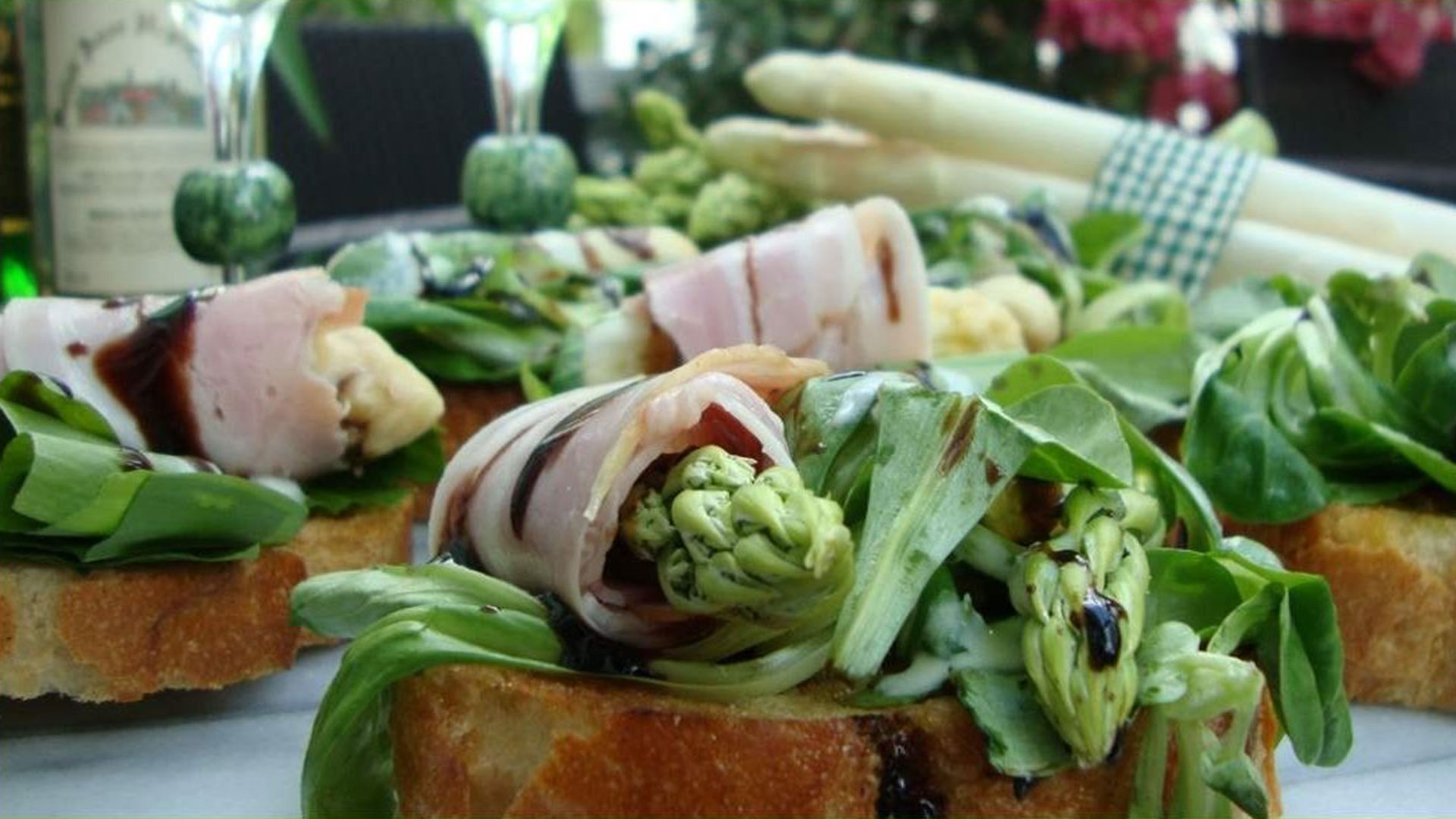 Spargelspitzen auf Baguette mit Hopfen-Secco-Marinade